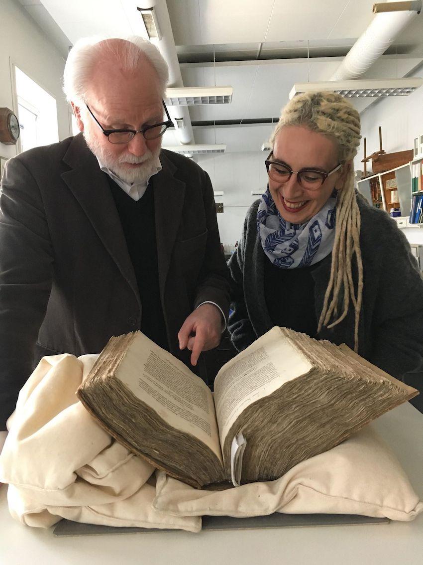 Matthew Driscoll og N Kıvılcım Yavuz med håndskriftet